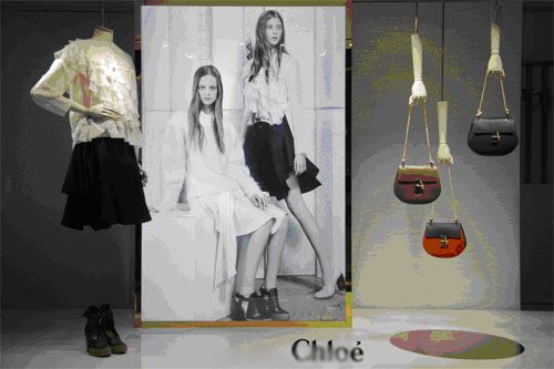 橱窗设计趋势:悬吊式的皮件展示
