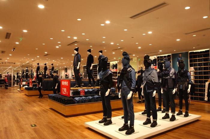 天阶新概念店橱窗陈列鉴赏        该店铺采用了独特创新的陈列设计