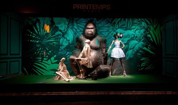 大象以及猩猩等动物加入到橱窗的设计当中
