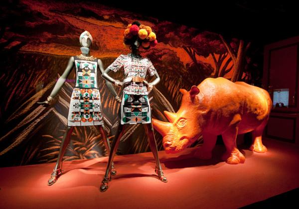 2014夏季巴黎printemps品牌橱窗设计        橱窗通过将犀牛,鹤,骆驼