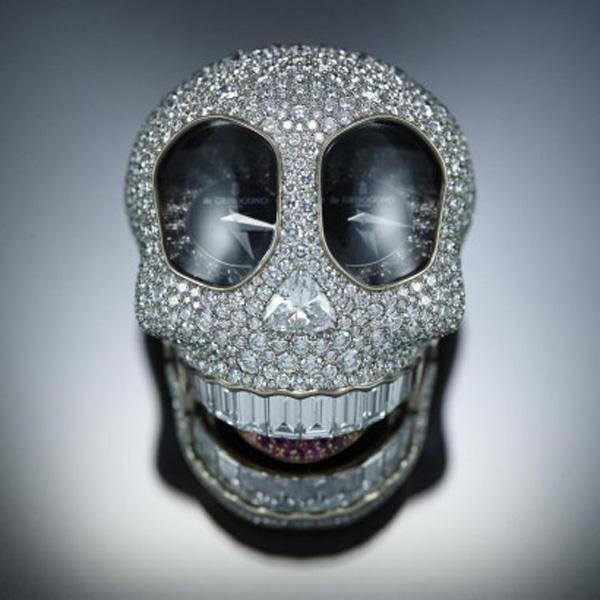 展示de GRISOGONO的匠心创意,骷髅头张口吐出镶名贵宝石的舌头 工匠首先在金属表壳标记位置,然后钻出大小不一的圆孔,再以雪花镶嵌法铺镶大小不同的宝石;骷髅头下颚暗藏由de GRISOGONO大师级珠宝工匠花了9个月自行研发的精妙机械结构。骷髅头笑口内安装了同样由品牌珠宝工匠自行研发,以仿假牙构造设计成底托,再以 隐镶法把共重7.