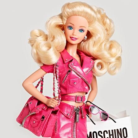 先是开秀前在头排的每个座椅前放了一只穿同品牌衣服的芭比娃娃,开场