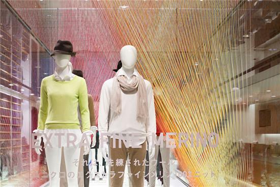 Moureaux以其大胆独特的色彩运用而出名,她认为这是架构空间的一种方式。在今年上半年,Moureaux为优衣库设计了由2400块面料组成的风之彩主题橱窗,以推广春季的亚麻系列。清新透凉的橱窗席卷至全球8个国家中51家专卖店。