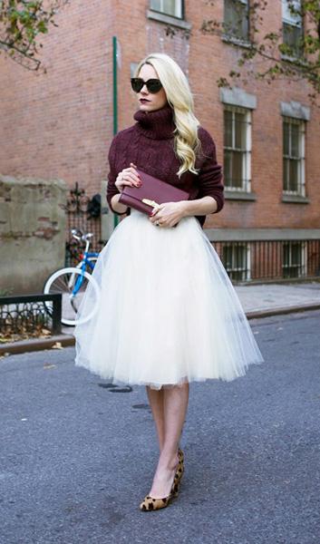 酒红色高领毛衣搭配白色蓬蓬纱裙