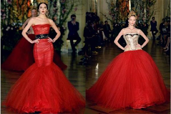 浓郁辛辣的意大利老牌时装杜嘉班纳再一次以浮夸华美的高级定制征服时尚界挑剔的目光,这一次的背景被设定为古老贵族的宫廷芭蕾舞剧,名伶佩戴的发带,象征权力和地位的皇冠,各种华贵的单品映衬的华服,不一而足。   过期报纸拼接成的纱裙,烘托出浓重的时代感。  猩红的抹胸长裙,夸张的超大下摆,女王般的气势分毫毕现。  琳琅满足的高级定制珠宝,将华服的空隙充盈起来,艳光四射。  白黑女王,一个热情似火,一个冰封万里,冷暖交织的独特气质。     深红三件套合身优雅,直截了当的正红完美衬托出冷峻的气质。