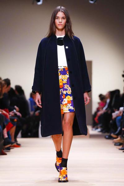 服装设计网 服装设计大赛 t台秀场设计大赛     蓝色裙装的外衣又是