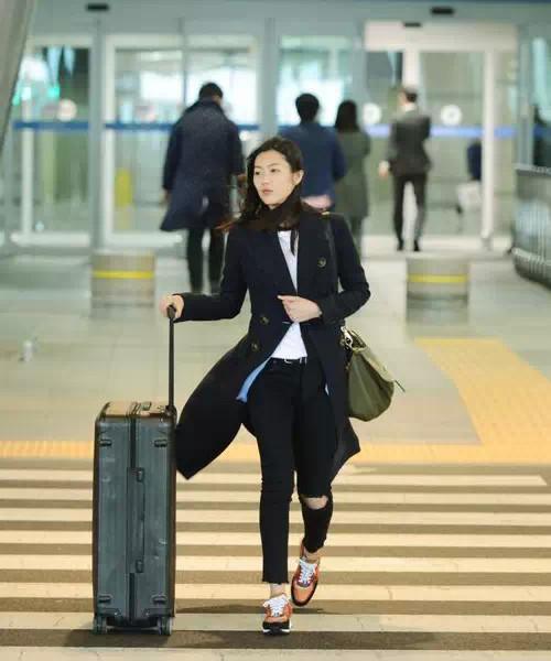 白百何的机场时尚依旧清新可爱