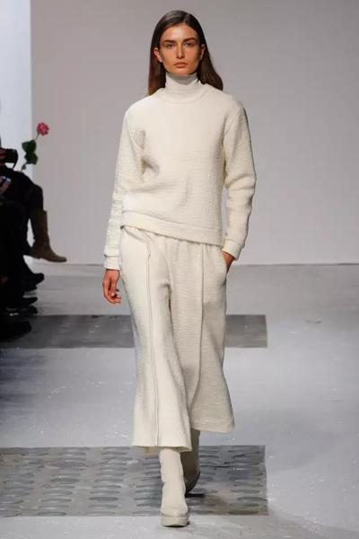 还在穿大衣配阔腿裤得瑟,这些裙裤帅气又迷人
