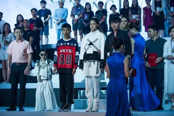 2016年9月22日,2016中国&8226;平湖服装设计大赛总决赛于平湖市体育馆启幕。  本次大赛以历练&8226;觉醒为主题,共35组作品入围总决赛,总决赛通过专业化的走秀展示,打造出了精彩纷呈、紧跟时尚的舞台效果,将作品淋漓尽致的展现出来,获得了专业评委和台下近3000位观众的一致好评。    经过一番比拼,金银铜奖最终揭晓: 金奖 白子玉(平湖市伽银服饰有限公司)作品 【荒野猎人】:   银奖 李盛&李璐(平湖市杰福力制衣有限公司)作品【魔&8226;方】; 胡洋洋(一行一线