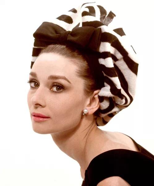 今天小编带领大家一起跟时尚与优雅达人赫本学习巧戴帽子吧.图片