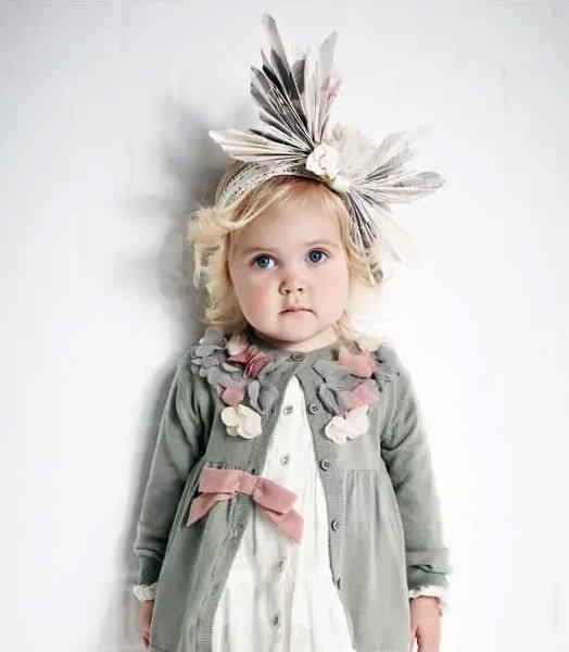 ! 无论怎么看,她们都不输给任何大人的衣服,材质,花色,整体出来的调调,看着就舒服! 我在设想着孩子们的时装周,哈哈。对于现在越来越全面越来越聪明的孩子,这个设想其实也不是没有可能。 记得网上有一片推送很好玩,孩子自己带或者爷爷奶奶带,状态完全不一样,各种视觉冲击对比,非常有意思。 当下的童装状态非常生猛,无论在材质的要求上还是面料的品质都有着非常高的要求。搭配自然就妥妥地变成了缩小版的大人衣服,穿起来不输给任何高大上!
