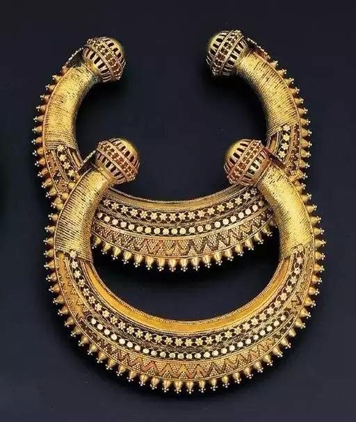 印度人对首饰情有独钟,一往情深,结果使得印度的黄金销售量居世界前茅,也使得印度的珠宝行业和首饰加工业蓬勃发展。主要以手工为主,并且因为其当地对首饰寄予祈祷和祝福等多种神圣原因,所以颜色绚烂,而且非常的纯正,用料也是非常考究。在吸收外来文化影响的同时,印度首饰保留了印度河流域流传下来的主要文化特征,形成了永恒的传统。