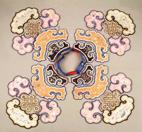 在服饰文化中,云肩是一种独特的服饰款式,装饰图案内涵丰富,符号的