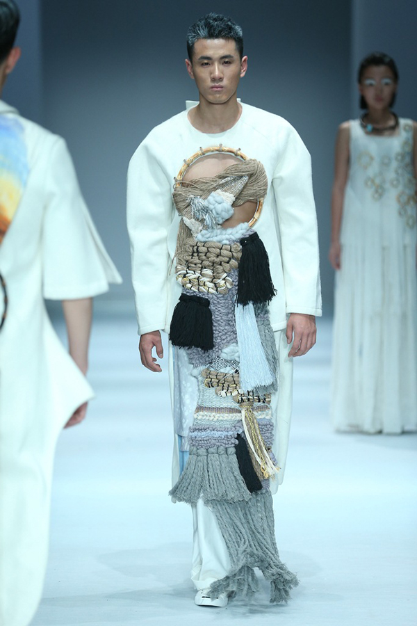 里独步T台的一缕新风,他(她)们用对专业的热爱和服装的艺术表现语言诠释了服饰文化的演绎变迁,也表达了当代学子对时尚文化应有的态度。 本届时装周江汉大学设计学院专场发布以衣然为主题,站在承袭和创新的角度诠释当下服装艺术的多种表现形式。当今社会的文化形态影响着设计师的观念,服装设计的创新与探索伴随的是设计师对自然元素使用的不断改变。自然是囊括物质与精神的空间体,是分层与互融、是变革与传承、是自由与羁绊;瓷片作为服饰的移植、羊毛再次搓揉的机杼、数码印花工艺重新解构古典绘画艺术的风韵、重塑材料的新语境让我们的思