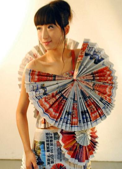 """""""废纸时装""""由海南大学艺术学院05级服装设计班学生用收集的近千份废旧"""
