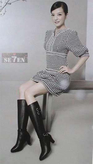 赵薇罕见美丽照:纤细身材穿长靴图片