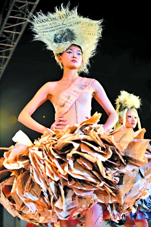 身穿各色环保服装的模特一出现,即赢得台下的阵阵惊叹声.-环保理图片