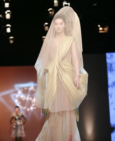 惊艳全场的创意服装——卢霆希作品图片