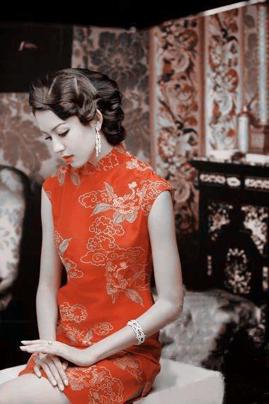 """旗袍上的扣子是盘扣,它的制作方法主要是用称为"""""""